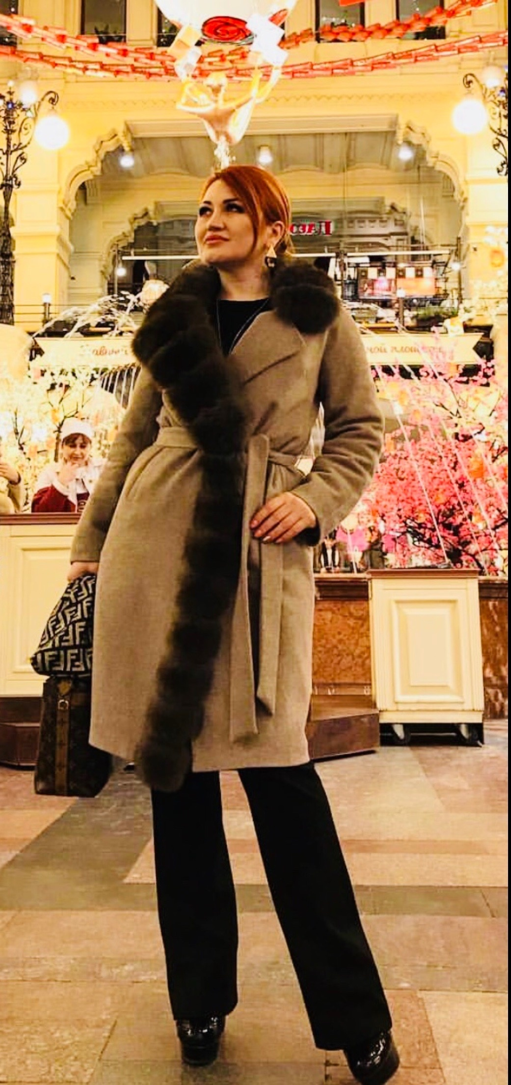 Кашемировые пальто Бежевое пальто с ассиметричным коричневым воротником из песца