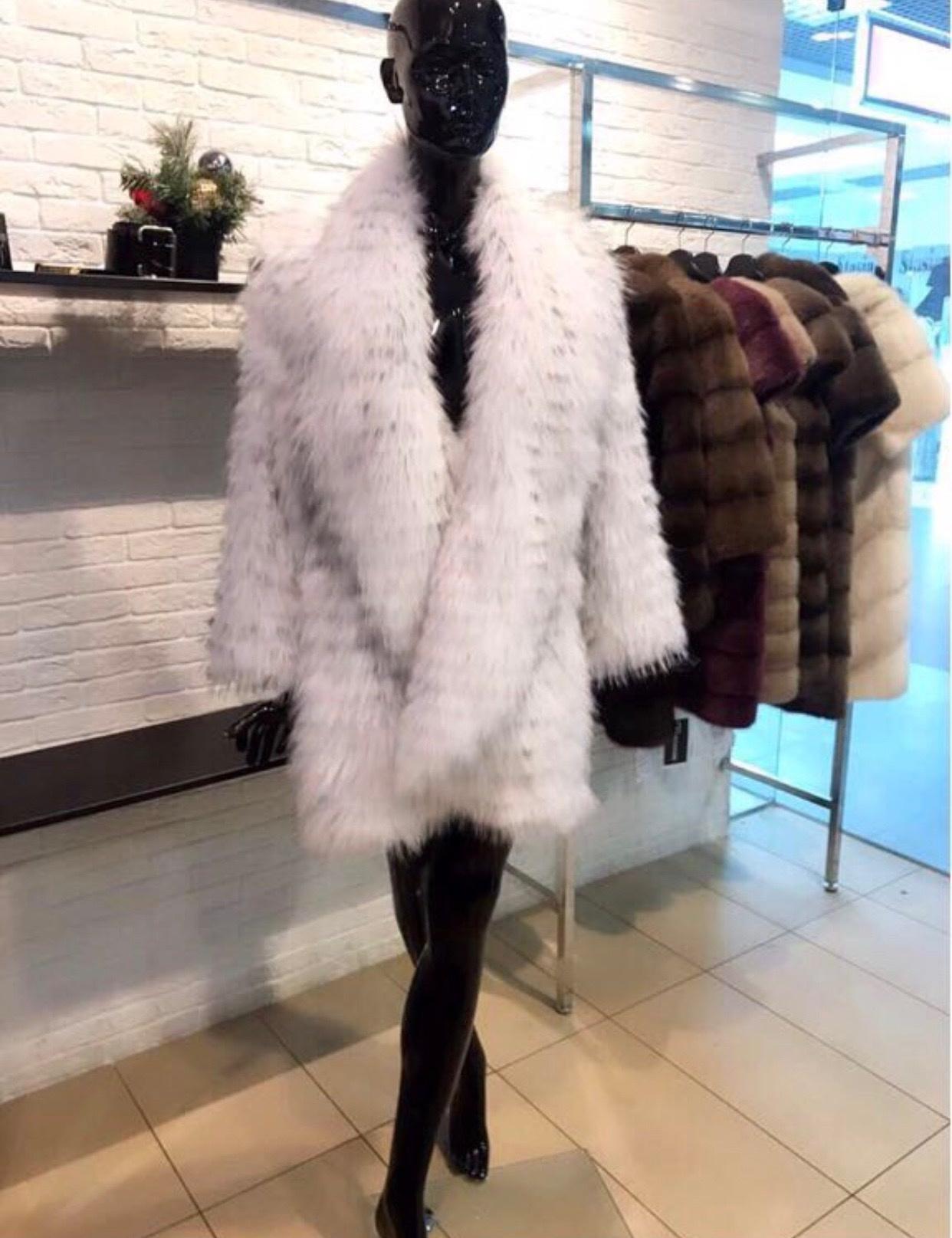 Шубы из чернобурки на кашемире Белое пальто из чернобурки на кашемире с английским воротником