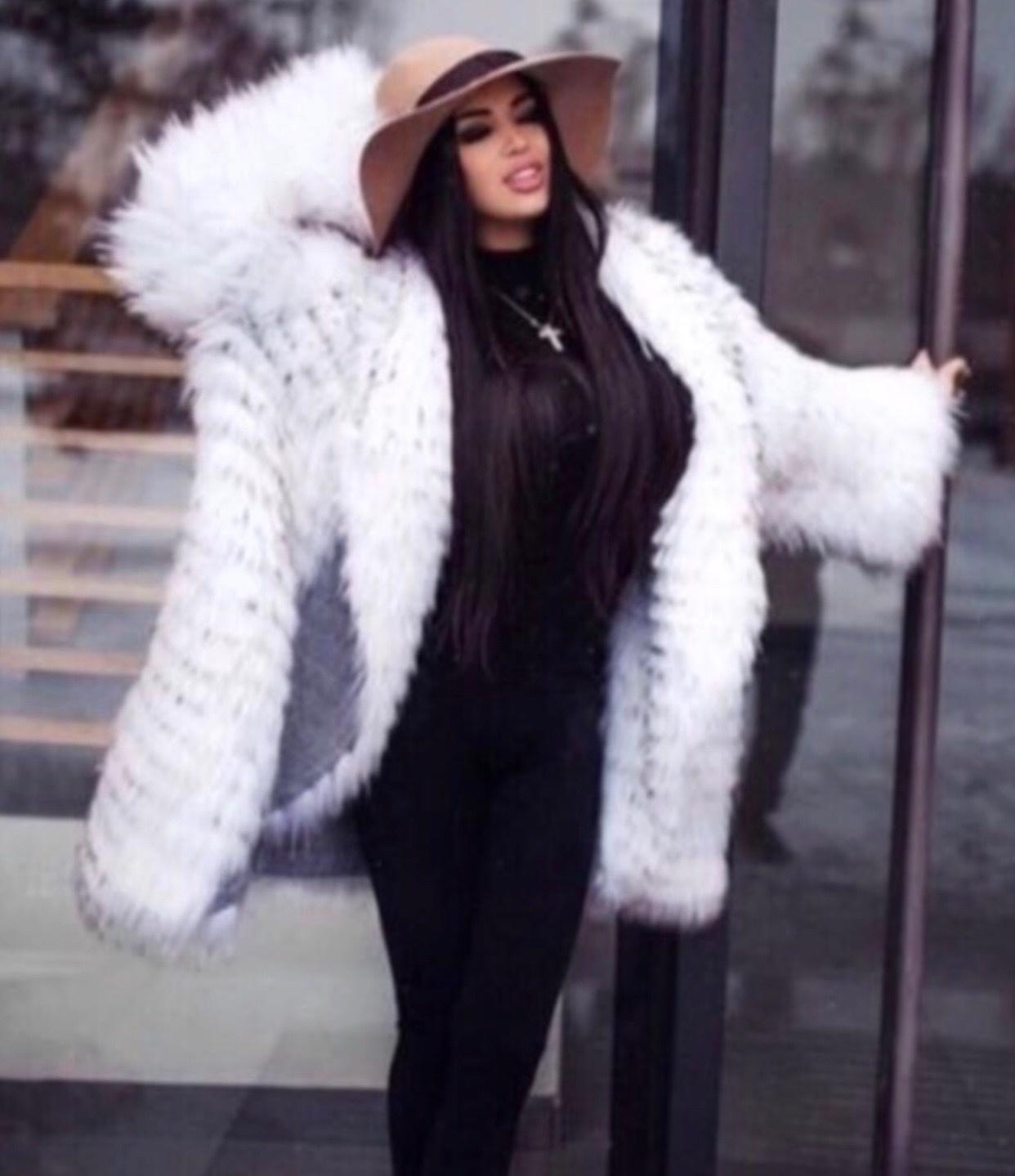 Шубы из чернобурки на кашемире Бело-серое пальто из чернобурки на кашемире с английским воротником