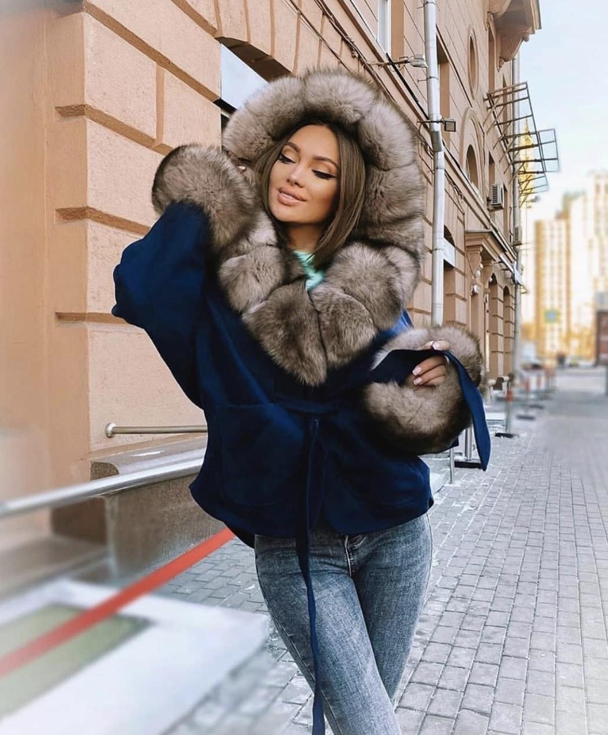 Кашемировые пальто Короткое темно-синее пальто с бежевым мехом финского песца
